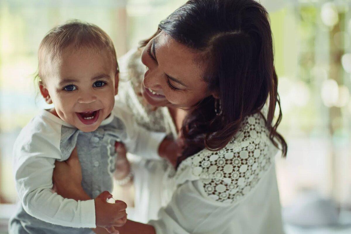 Ямочки являются результатом генной мутации.PeopleImages / E + / Getty Images